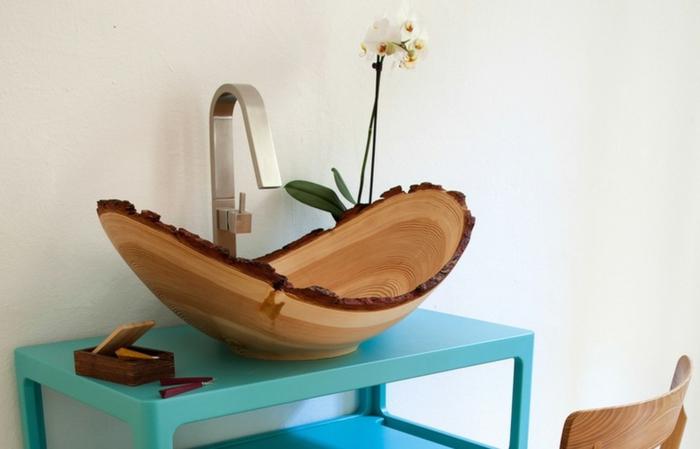 Badezimmereinrichtung im Landhausstil - Designer Handwaschbecken mit Trog aus Holz, Deko mit weißer Orchidee, blauer Waschtisch aus Plastik