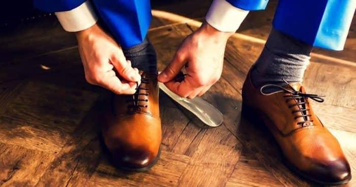 blauer anzug schuhe knöpfen und los zum business trefen blaues outfit mit grau-braunen socken und schuhdesign in brauner farbe