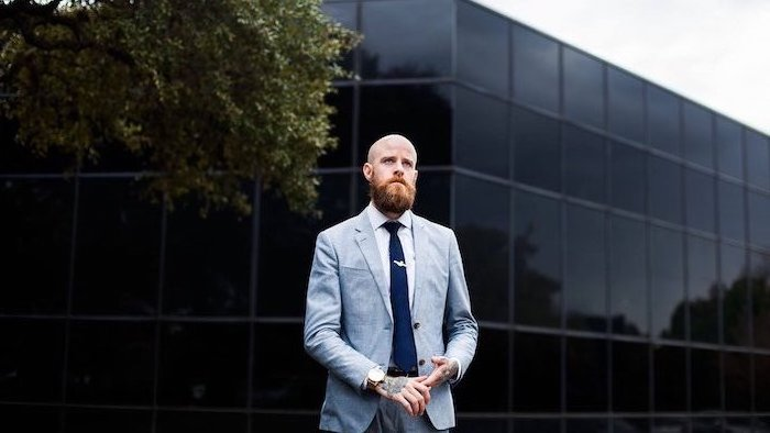 Wikinger Bart und Glatze, hellblauer Anzug mit weißem Hemd und dunkelblauer Krawatte