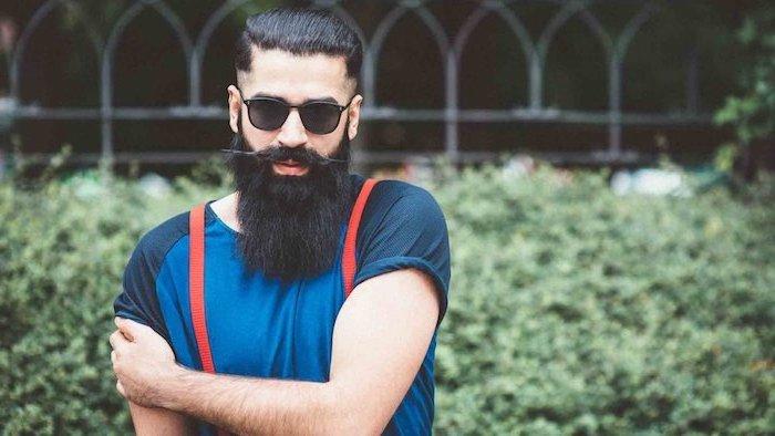 Wikinger Bart und Kurzhaarfrisur, blaues Shirt mit kurzen Ärmeln, rote Hosenträger