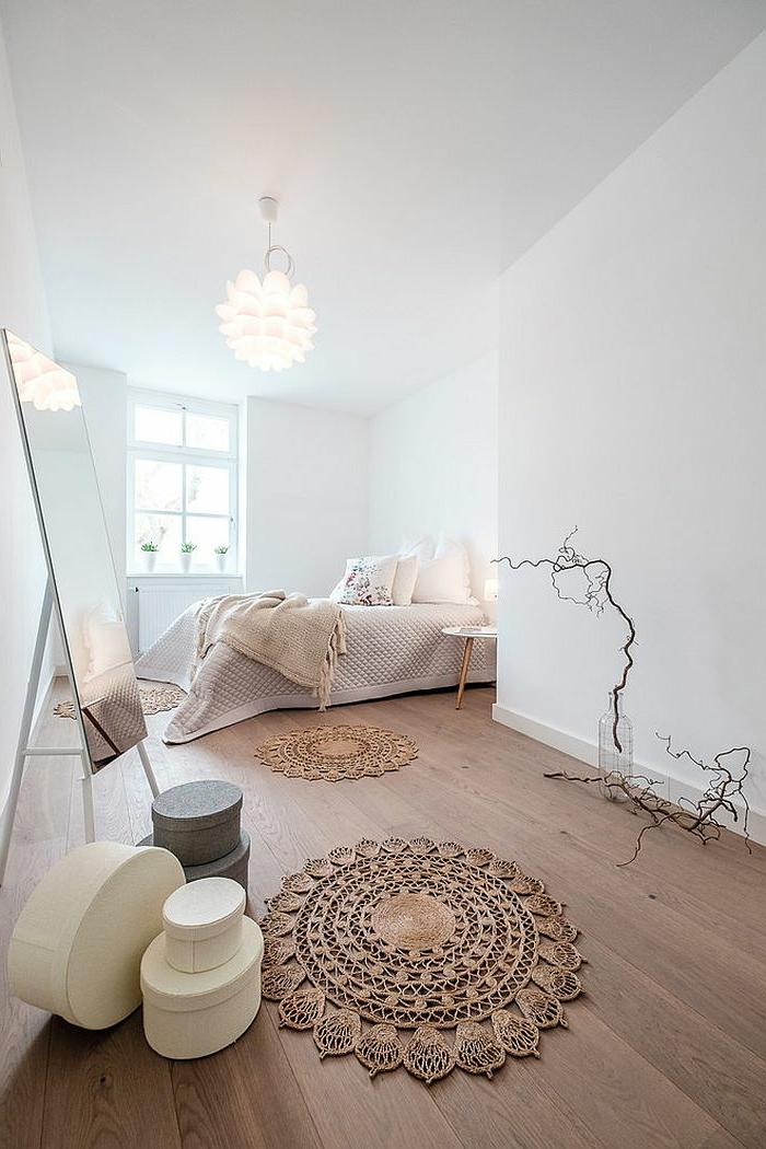 ovale Aufbewahrungskisten mit Deckel, runde Broderie-Teppich, Ikebana-Deko, Spiegel mit Stand