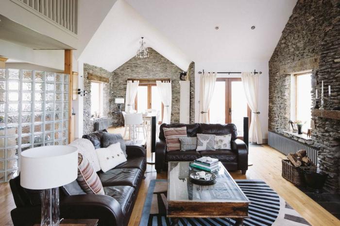 Wohnzimmermöbel mit Leder gepolstert, ein kleiner Teppich in der Mitte, Wand Steinoptik