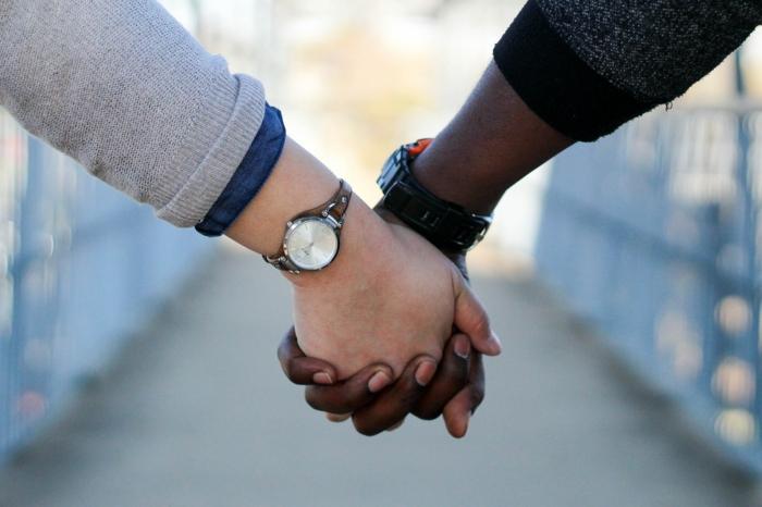 Hände zu halten, ist ein großes Zeichen von Liebe, Valentinstagsgrüße