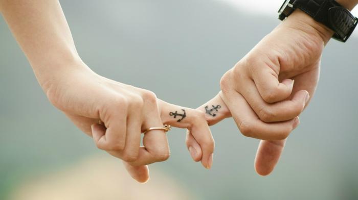 Kuschelbilder - zwei kleine Anker in den Finger symbolisieren das Bund für Leben