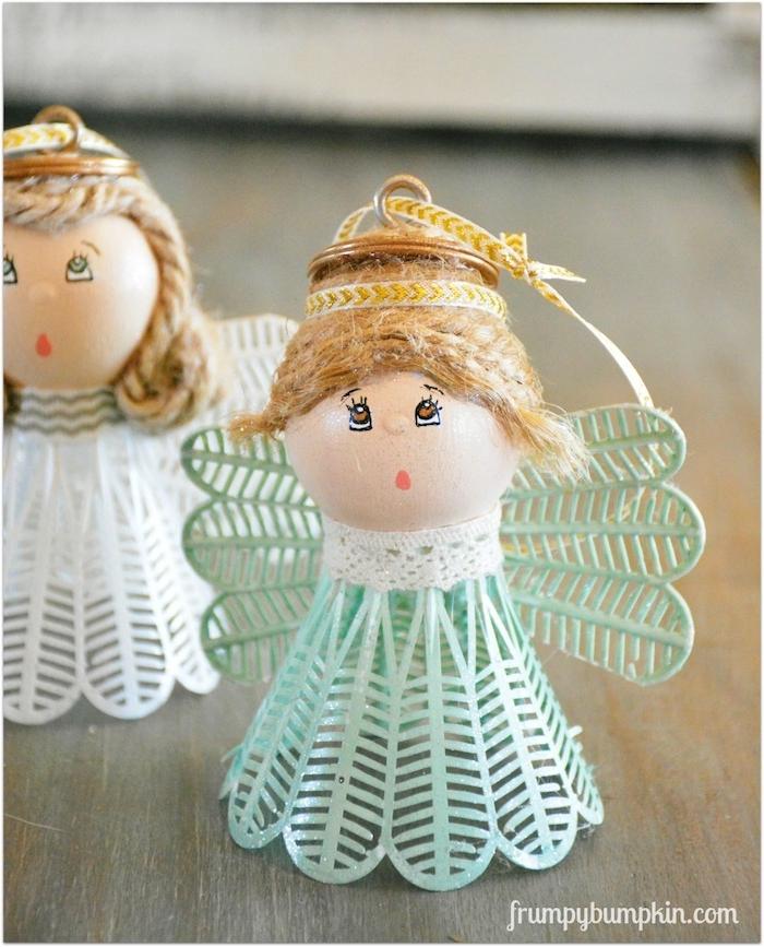 bild mit zwei kleinen engeln mit kleinen weißen und grünen flügeln und mit weißen und grünen federn - engel basteln aus federbällen