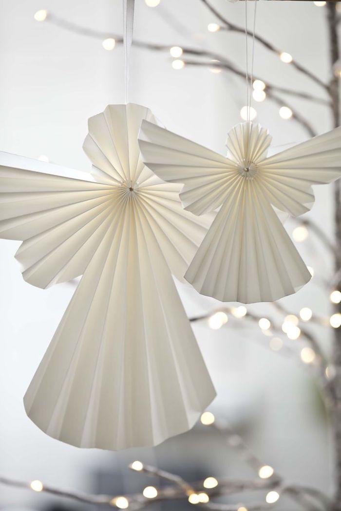 ein baum mit zwei weißen engeln mit weißen flügeln aus papier - engel basteln aus papier - baum mit leuchten