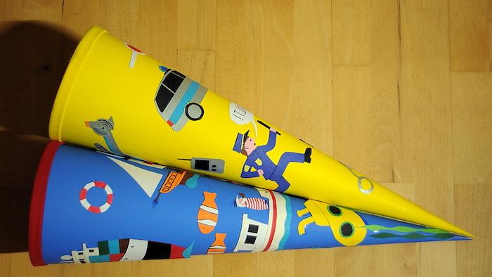 eine gelbe schultüte und eine blaue schultüte mit einem schiff - kleine schultüte basteln