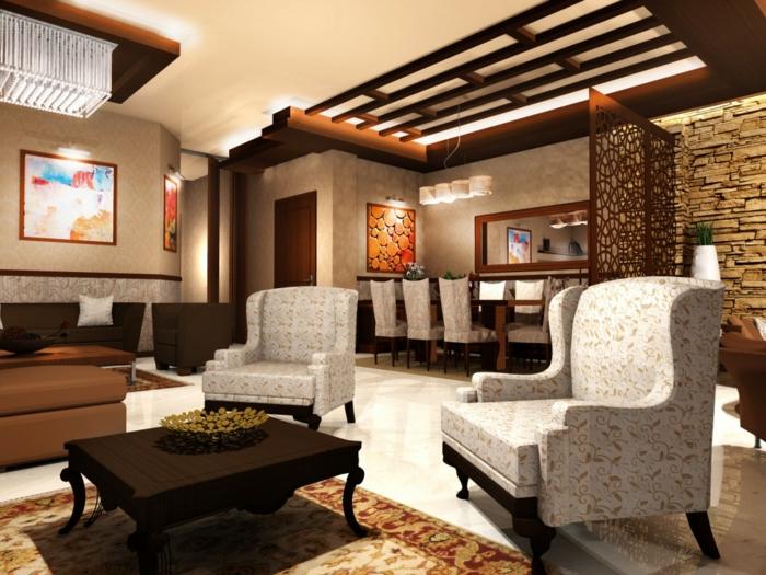 zwei Sessel an einem kleinen Tisch, Wand Steinoptik und bunter Perserteppich