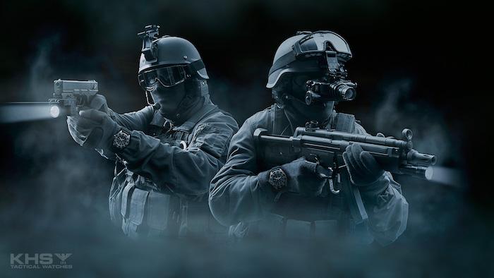 soldaten mit zwei schwarzen militäruhren