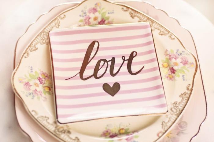 ein Frühstück - Sett mit Blumenmotiven und eine Serviette, die Liebe sagt