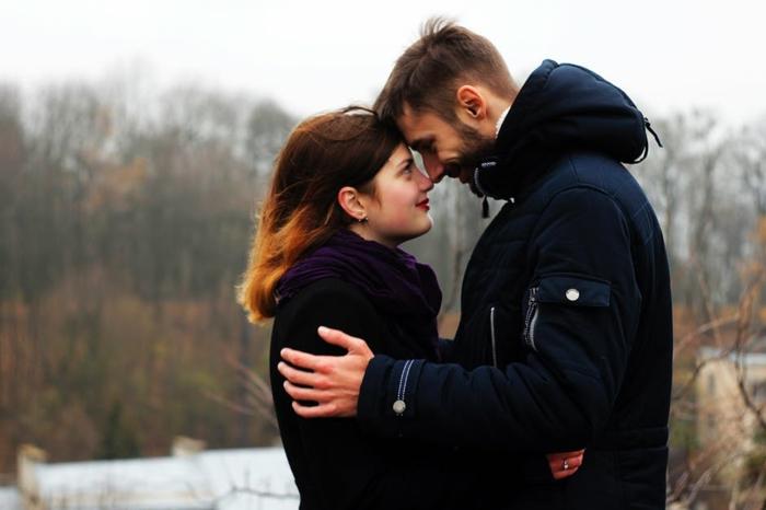 ein Paar, die beider schauen sich tief in die Augen - Kuschelbilder