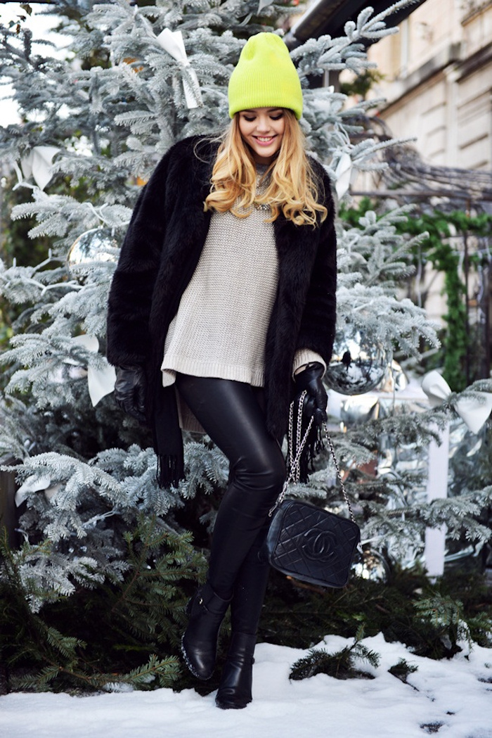 winter outfit damen, graue bluse mit schwarzen leggings und neonfarbener mütze