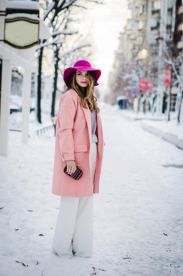 winter outfit damen, hellrosa mantel in kombination mit rosa hut, weiße weite hose