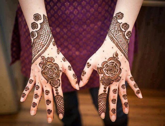 henna tattoo selber machen, frau mit temporäre tattoos an den händen, mehndi