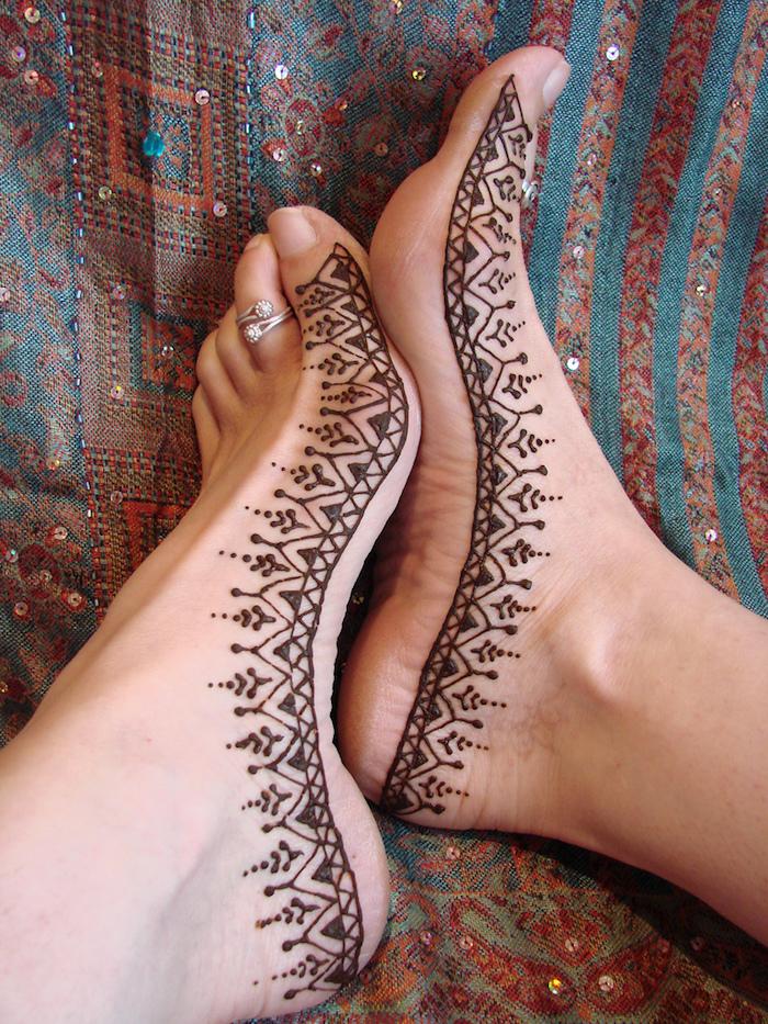 henna tattoo selber machen, silberner ring mit steinchen, füße mit braunem henna verzieren, mehndi