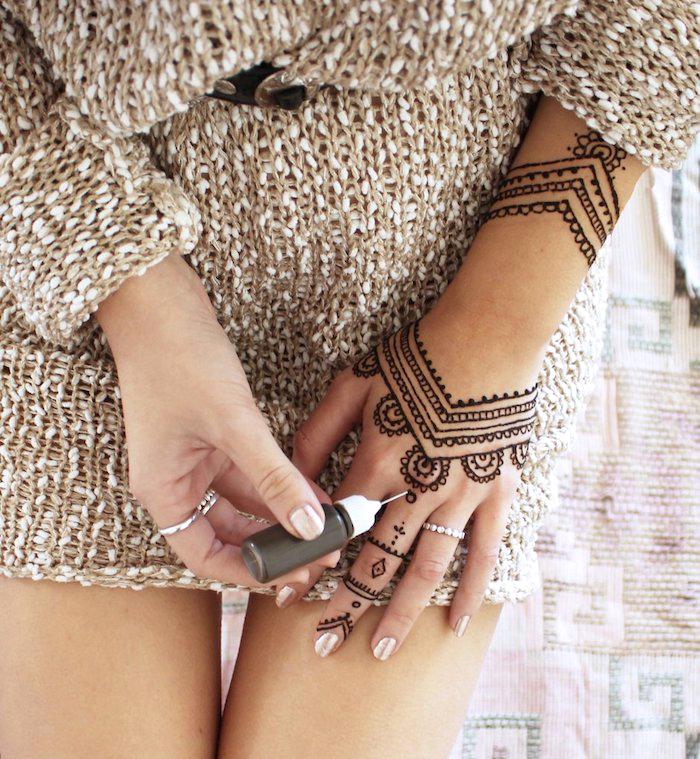 henna tattoo selber machen, arm mit schwarzem henna verzieren, indische tätowierung
