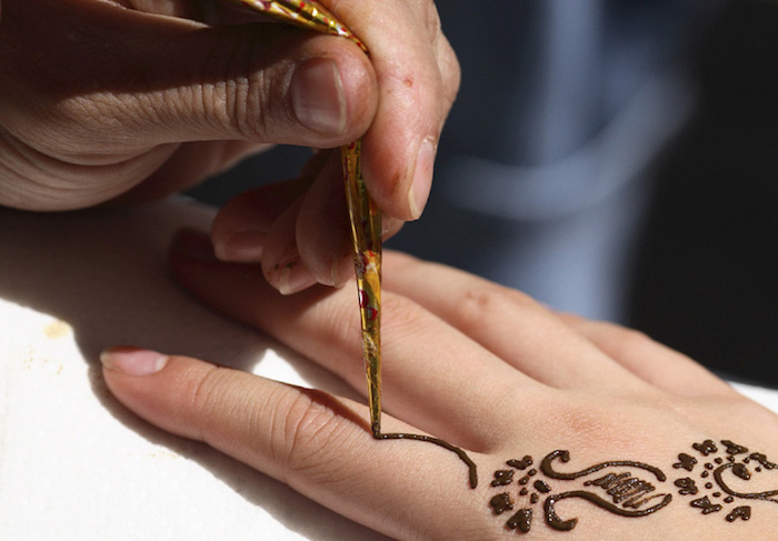 henna tattoo selber machen, handgelenk mit braunem henna verzieren, henna stift, motive