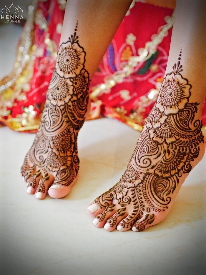 tattoo selber machen, traditionelle indische tätowierungen mit braunem henna, die füße mit henna verzieren