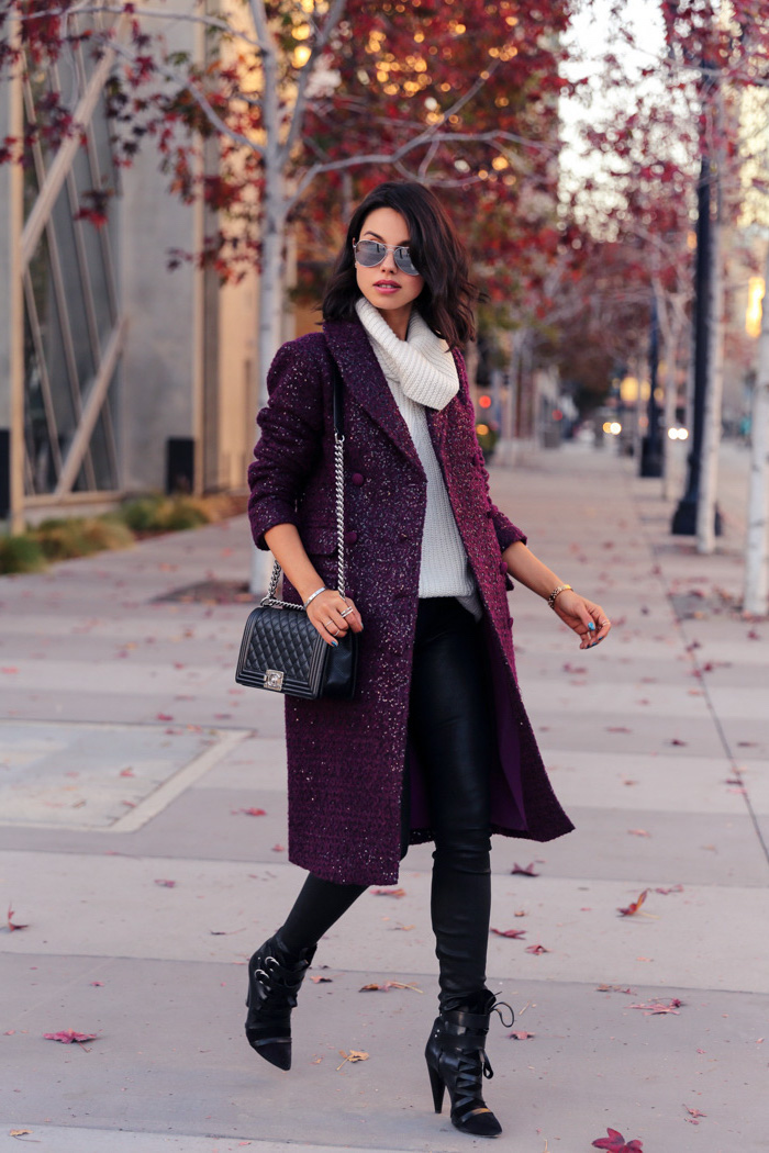 winter outfit damen, schwarze leggings mit weißem pulli, lila mantel, schulterllange haare