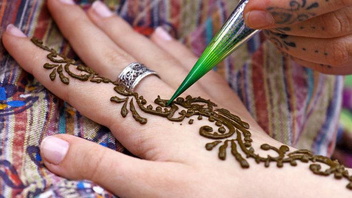 henna stift, silberner ring, kurze nägel, tätowierung mit henna machen, mehndi
