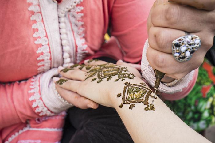 henna tattoo selber machen, großer silberner ring in form von herzen, arm mit henna verzieren