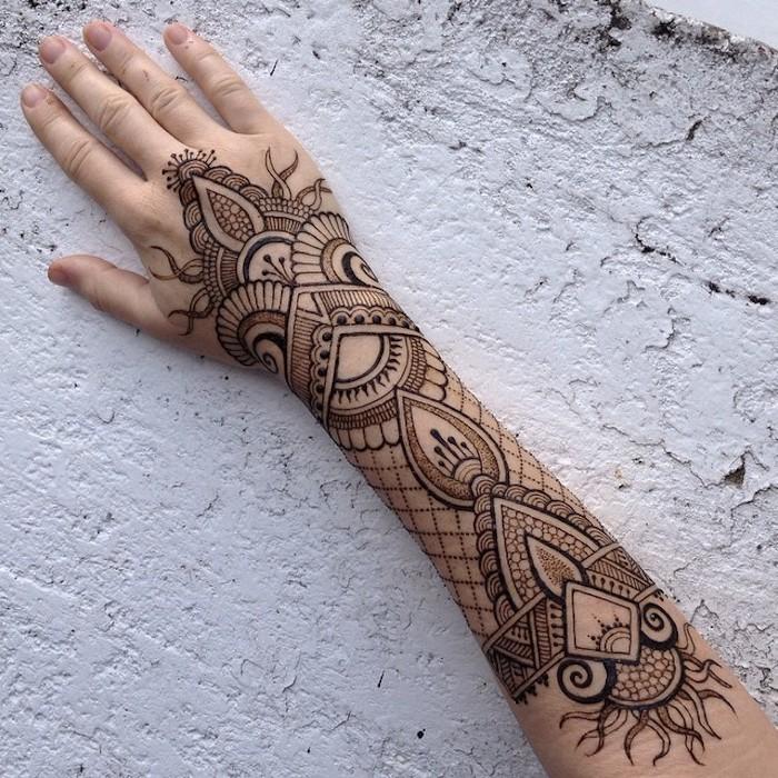 henna tattoo selber machen, großes temporäres tattoo am unterarm, arm mit henna verzieren
