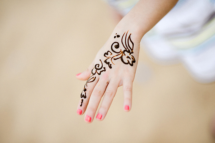 tattoo selber machen, kleines tattoo am hand, rosa nagellack, schwarzes henna, mehndi