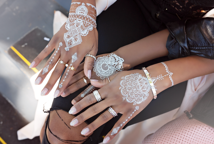 weißes henna, spitze nägel, tätowierungen mit weißem henna an den händen, henna muster