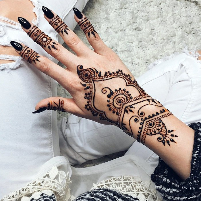 henna bilder, spitze nägel, schwarzer nagellack, arm mit henna verzieren, henna motive