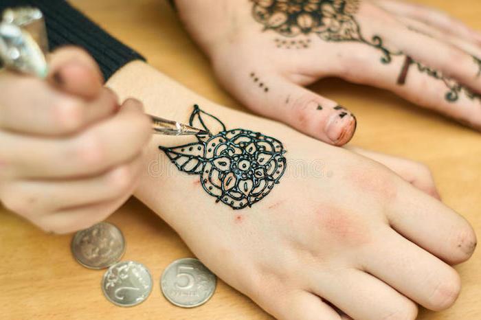 henna muster für anfänger, schwarzes henna, blume malen, hand verzieren, mehndi