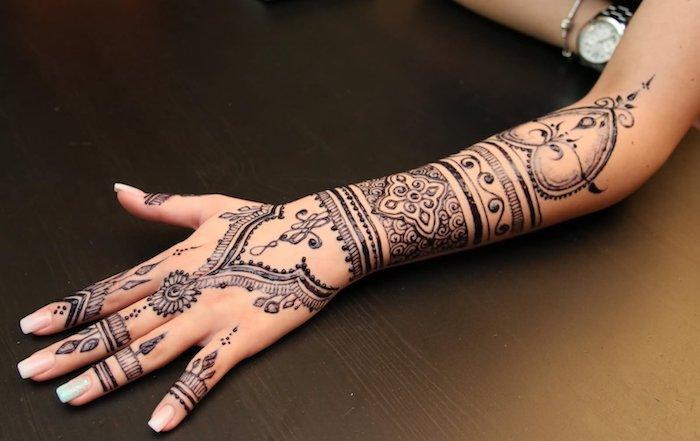tattoo selber machen, lange nägel, traditionelle indische tätowierung am unterarm