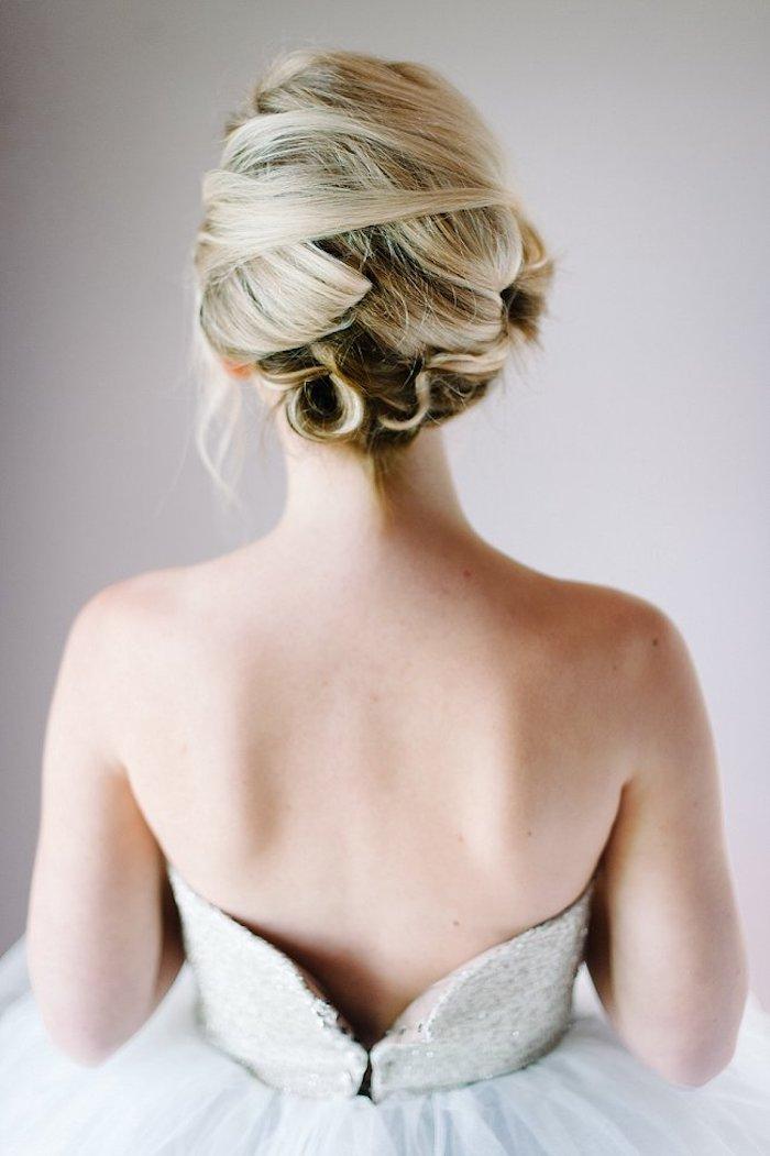 Hochsteckfrisur inspiriert von Marilyn Monroe, Brautkleid mit nacktem Rücken, blonde Haare
