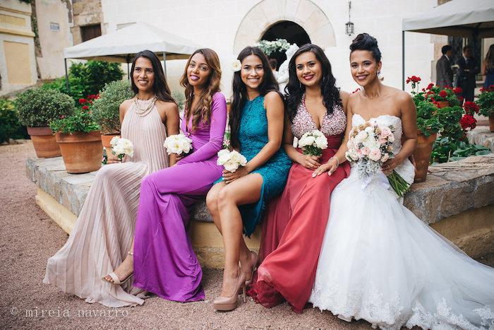 die beste freundinnen der braut sollen in stil erscheinen hochzeitskleider gast beige, lila, türkis, rot und die braut in weiß