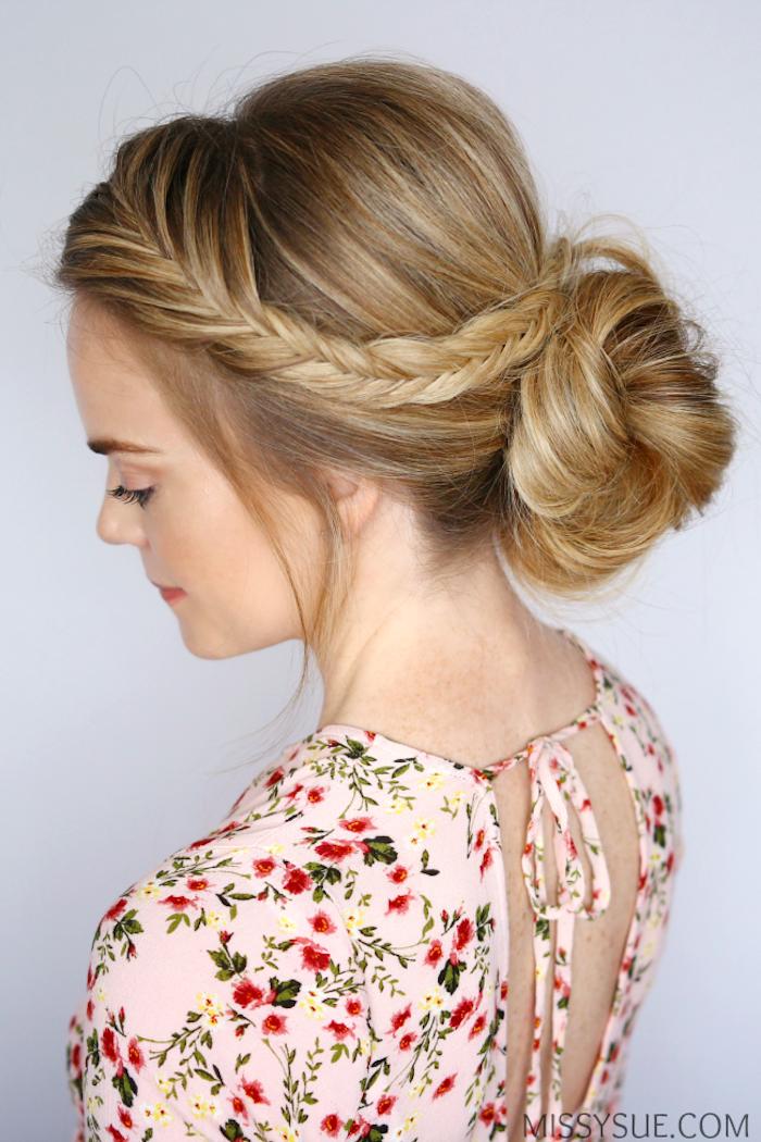 Hochsteckfrisur mit einer schmalen Zopf, dunkelblonde lange Haare, Top mit Blumenmuster