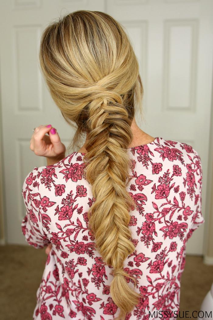 Flechtfrisur für lange Haare, Fischgrätenzopf zum Nachstylen, glatte dunkelblonde Haare, Top mit Blumenmuster