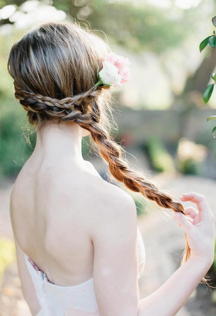 Elegante Frisur für besondere Anlässe, Zopf und Zopfkranz mit echten Rosen verziert