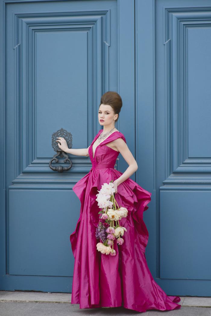 Extravagante Brautjungfern Frisur, bodenlanges Kleid in Violett mit Schleppe, Strauß aus Feldblumen