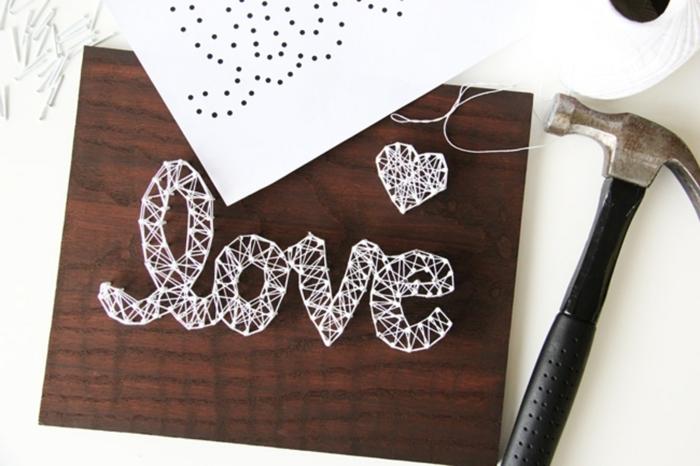 Was brauchen Sie, um Fadenbilder Projekt zu beginnen - Nagel, Vorlage, Hammer und Liebe