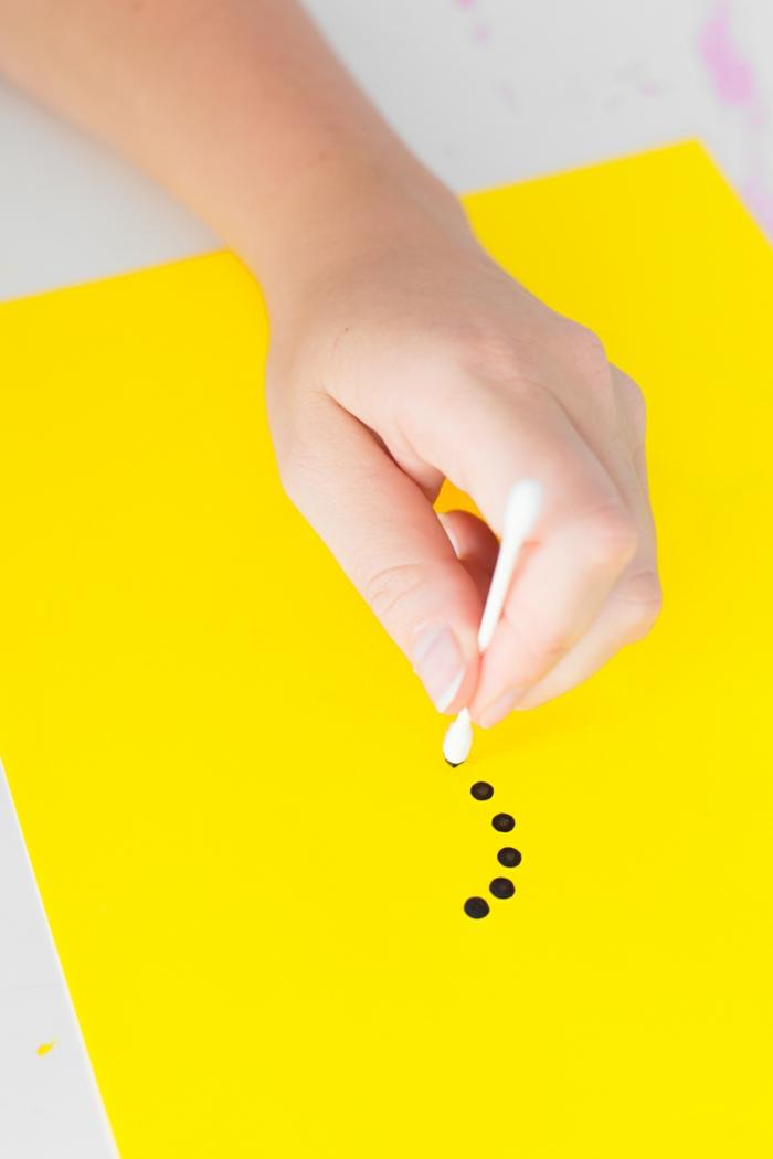 wie ein Muster mit Wattestäbchen zu zeichnen, gelbes Blatt Papier, Wohnwand selber bauen