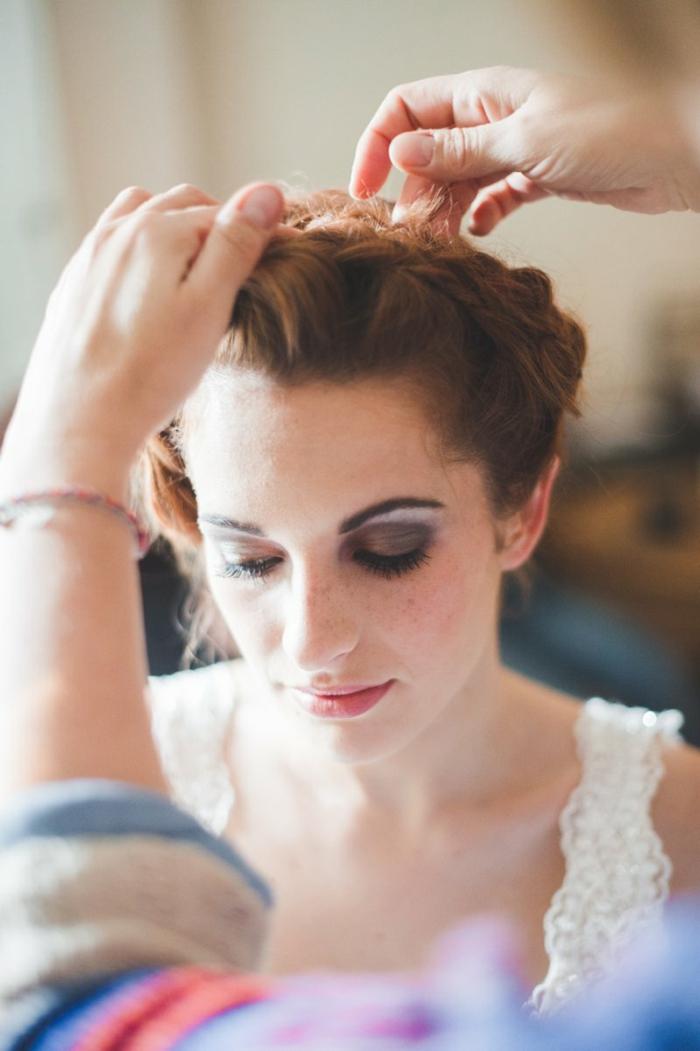 Flechtfisuren Hochzeit, eine rothaarige Frau, ein Zopf wie Kranz, weißes Kleid