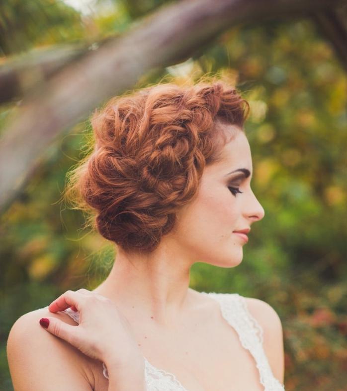 rotes Haar, zwei Zöpfe wie Kranz, Flechtfrisuren Hochzeit zu der Braut