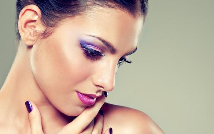 Lila Lidstrich, verschiedene Nuancen, violetter Lippenstift, Make-up für braune Augen