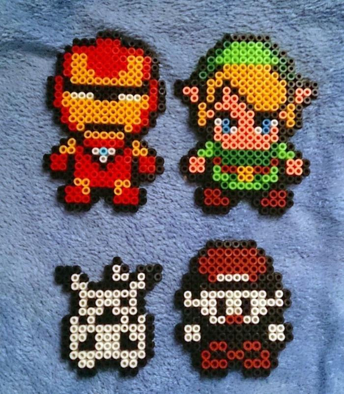 vier Superhelden von Videospielen, aus Steckperlen gebaut, Link, Ironman und andere