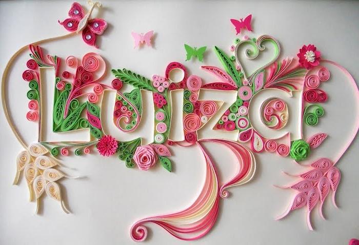 basteln mit kindern, name eines mädchens, ein quilling mit bild mit kleinen fliegenden grünen, pinken und violetten schmetterlingen, weiße und violette blumen, frühling basteln