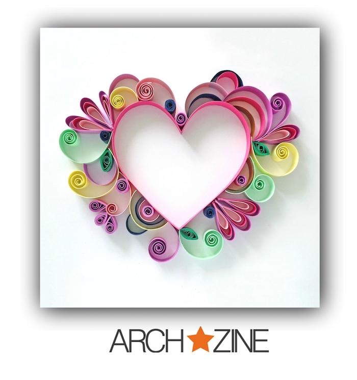 ein großes pinkes herz mit violetten, grünen, pinken und gelben papierstreifen, quilling herz, bastelideen frühling