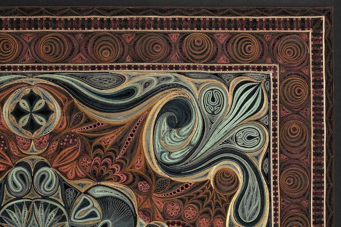 ein quilling bild mit vielen kleinen quilling figuren mit grünen, braunen, roten und gelben langen papierstreifen, basteln für erwachsene, ein quilling teppich