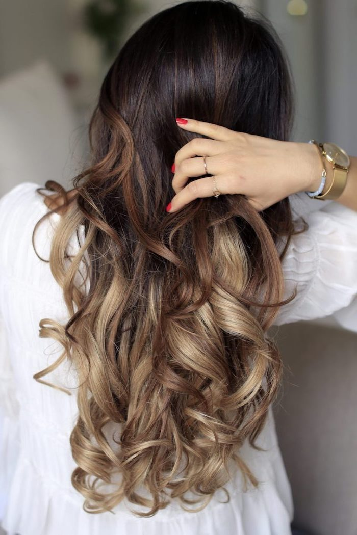 locken mit lockenstab, eine dame mit superlangen haaren, goldene armbanduhr, rote nägel, ombre braun blond