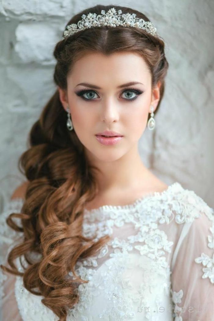 schöne Braut mit blauen Augen, ein weißer Kranz als Schmuckstück, Flechtfrisuren Hochzeit