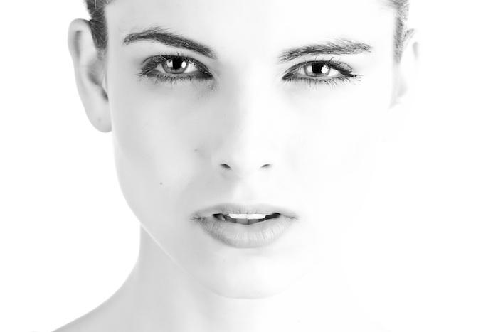 Natürliche Schönheit, braune Augen und schwarze Haare, Mascara und Lidstrich, matter Lippenstift