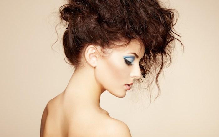 Blaues Augen Make-up, Porzellanteint und kastanienbraune lange Haare, künstliche Wimpern